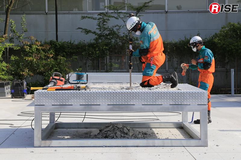 携帯用コンクリート破壊器具によるブリーチング。