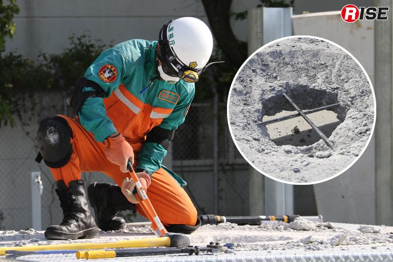 鉄筋カッターにより露出した鉄筋を切断する。