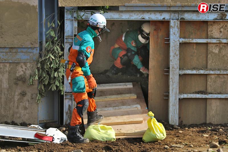 障害となる土砂の除去が完了し、グランドパッドを設定しながら要救助者のもとへ向かう。