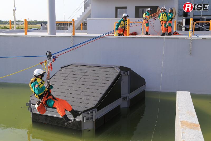 両岸から張られたロープを使って進入を図る。