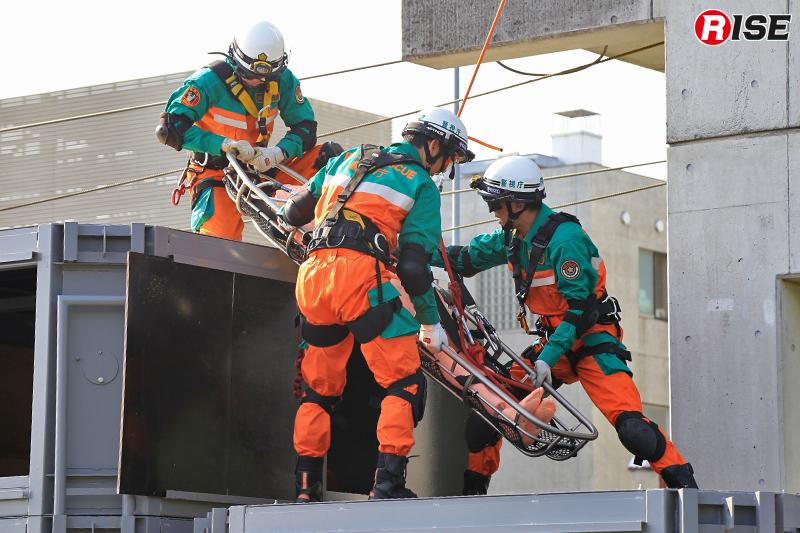 バスケット担架へ収容した要救助者を塔下まで搬送する。