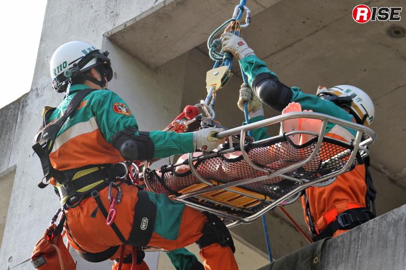 要救助者と介添えする隊員を3階に到着する。