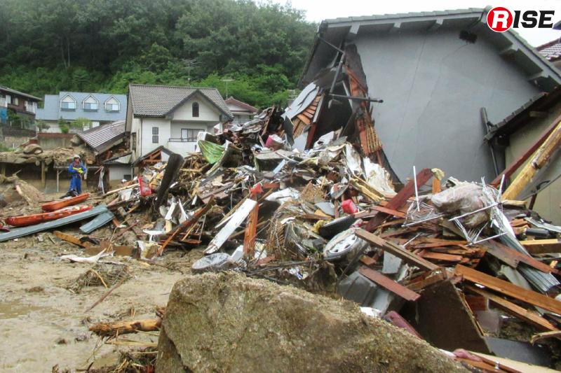 土石流により破壊された住宅。地震などによる倒壊とは異なる破損状況を見せる。