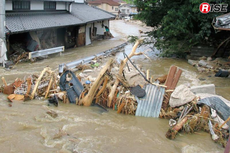 下流も橋に瓦礫等が詰まり川から水が溢れ道路に流れる。