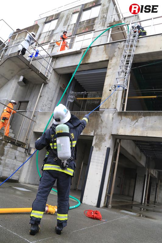 ロープにより3階へ三連はしごを投入している例。