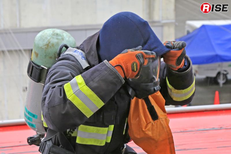 面体着装。防火フードが採用されている本部はこれも使用する。