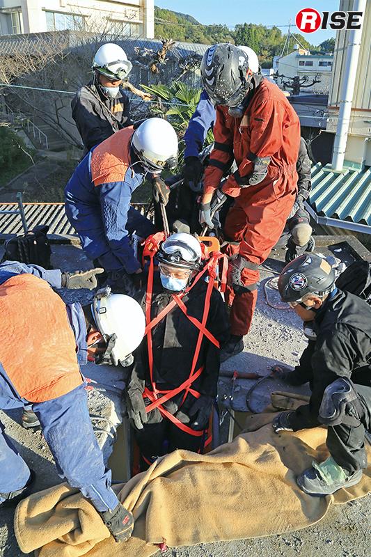 設定した開口部より救出を行う想定訓練。