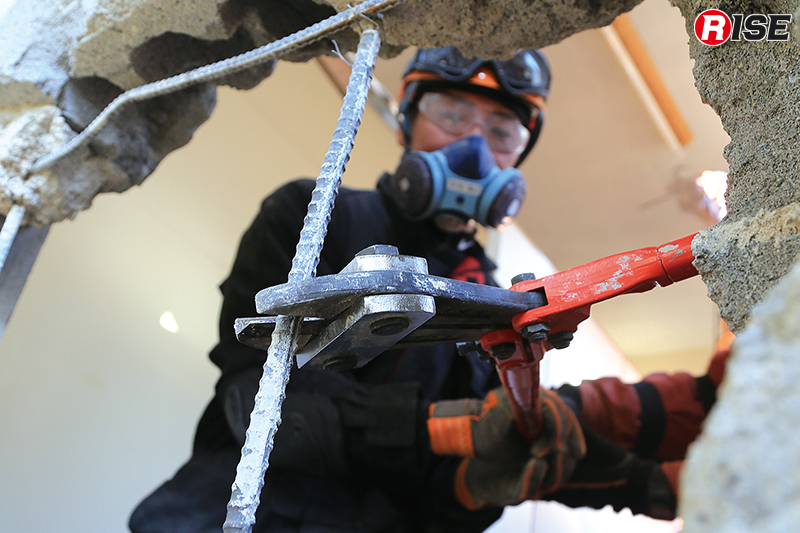 コンクリートの先に潜む鉄筋を切除。