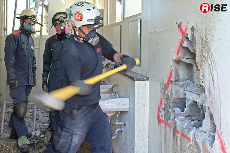 ブロックを用いた壁体をハンマーで打ち抜く。