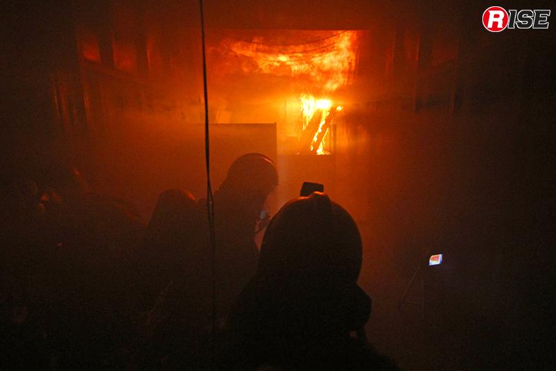 炎が天井をなめ、煙の量が増してくる。施設内の温度が徐々に上昇していく。