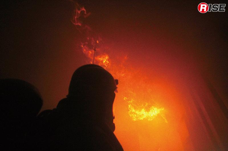高温な可燃性ガスが天井付近に滞留し、頭上を炎が走る。