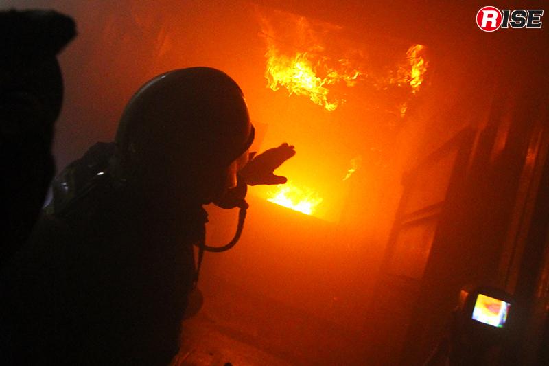 施設内で模擬火災を起こし、火災性状を見る。他にも、最大火力で限界温度を体感するホットトレーニングも行われる。