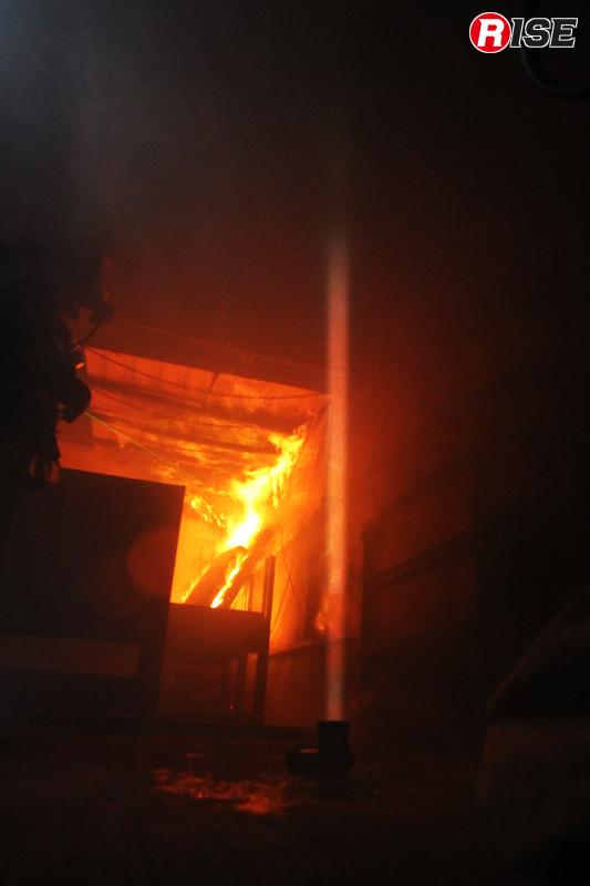 天井に向けて照射されたライトの光が、天井付近に滞留したガスに含まれる煤の影響で吸収されてしまっているのがわかる。