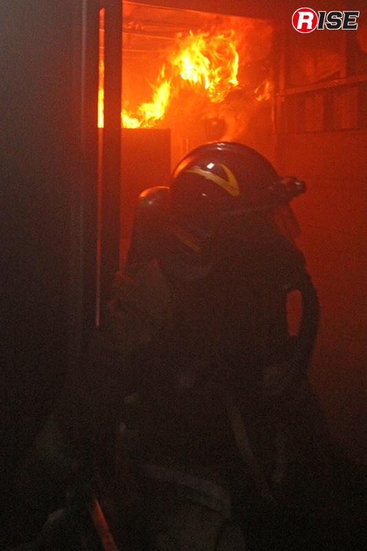 ドア閉鎖による炎の変化を見る。これによりドアコントロールの効果を学ぶ。