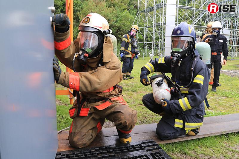 火災環境を再現した施設内から活動不能状態に陥った隊員を救出する訓練。