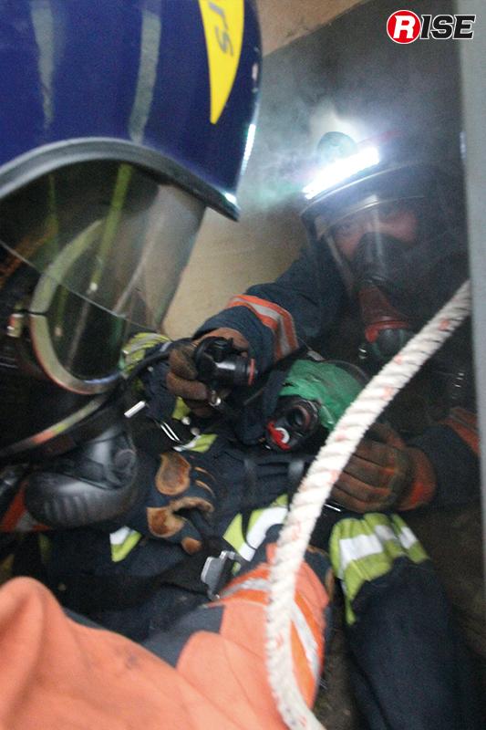携行した空気呼吸器をダウンした隊員に付け替えてエアアウト対策を施す。