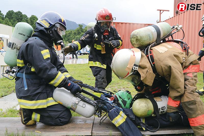 濃煙熱気や活動障害物がセットされた施設内から救出に成功する。