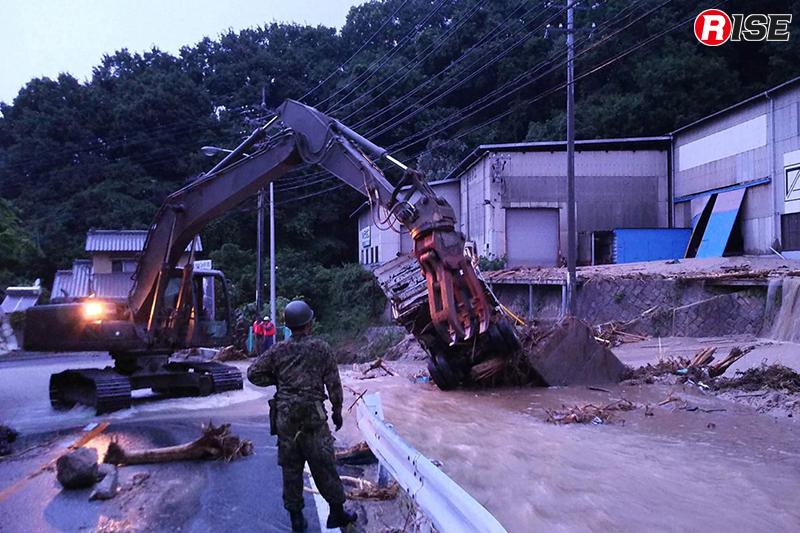 河川に落ちたトラックが氾濫を招いていた。自衛隊や消防団員である地元解体業者の仲間が連携し撤去活動を実施してくれた。