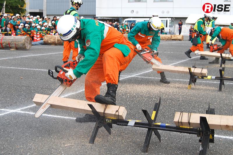 まずはシムを作るため木材をチェーンソーで斜めに切断。