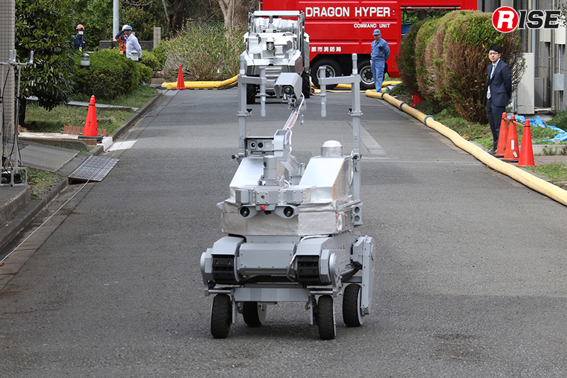 走行型偵察・監視ロボットによる偵察。無線中継器の搬送設置を備え、自ら中継器を設定しつつ先に進むこともできる。
