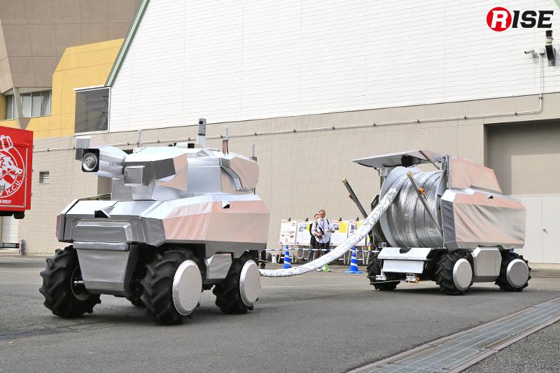 偵察・監視ロボットが踏査した経路により放水砲ロボットとホース延長ロボットが進入を始める。