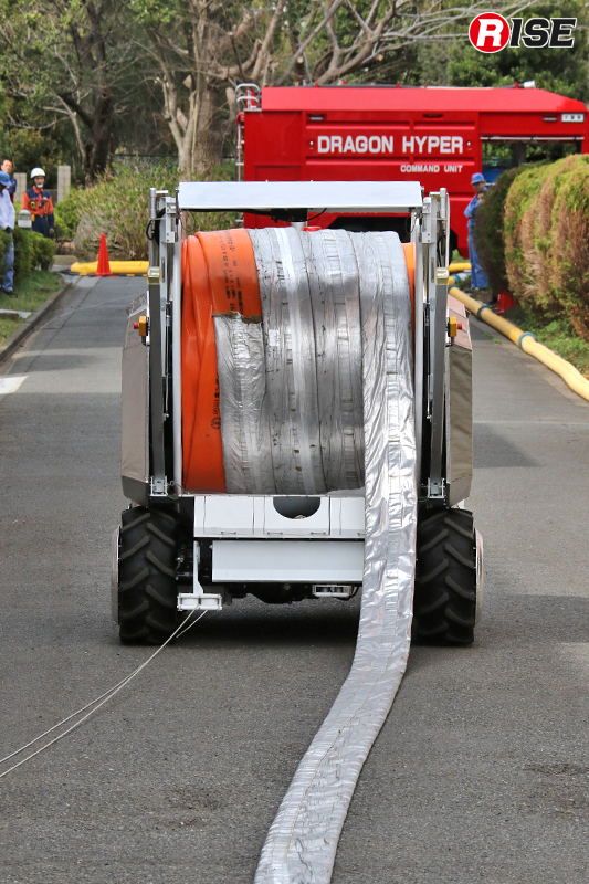 放水砲ロボットの部署位置に到達すると、ホース延長ロボットは水利に向かって移動を開始する。
