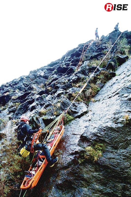 急傾斜自然地形での担架搬送。傾斜が3段階に大きく分かれており対応が難しい。