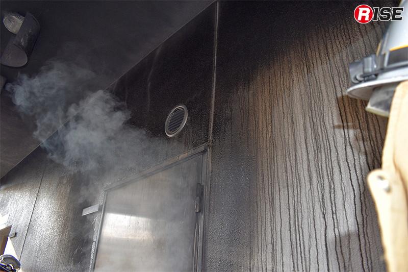 放水すると間もなくして、戸枠の上部隙間から水蒸気が噴出する。