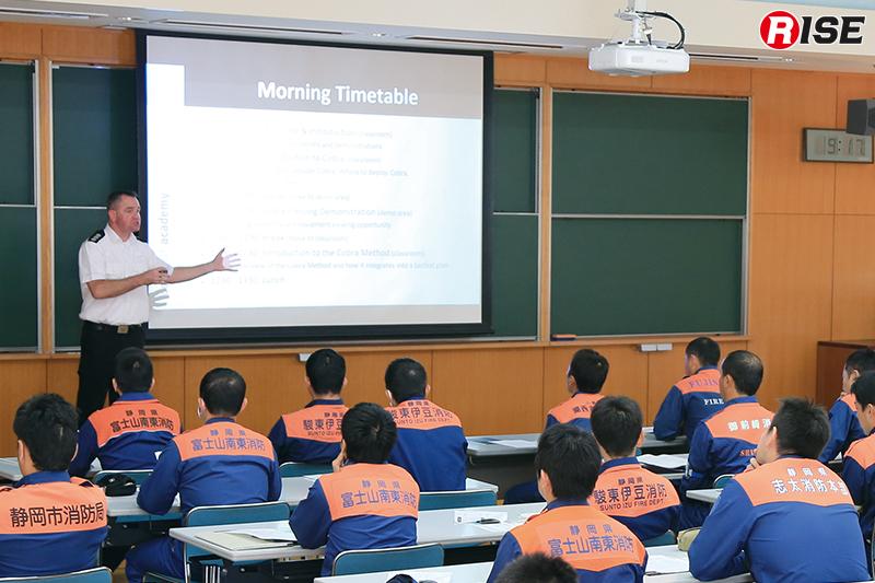 今回の授業はイギリスから現役消防隊員を講師に招き行われた。