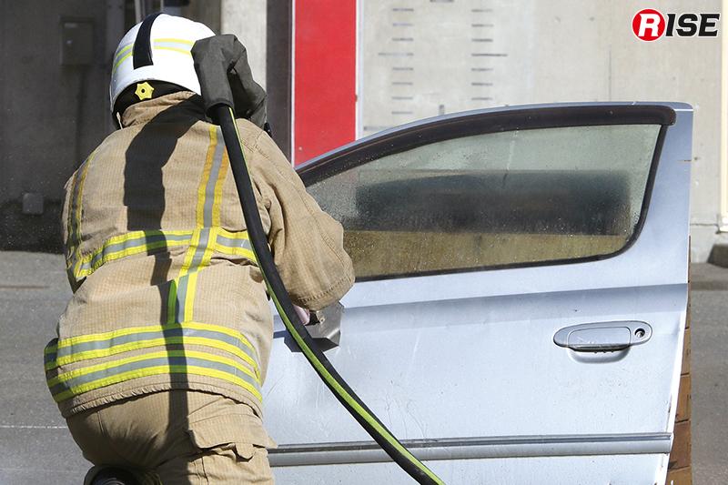 自動車ドアの穿孔。車両火災の際もボンネット開放をせず、穿孔し噴霧消火で対応が可能。