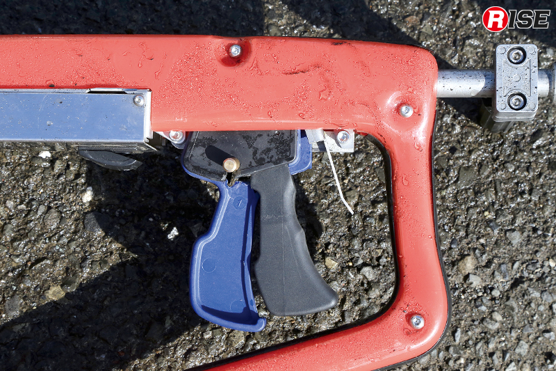 ハンドランスのトリガー部分。中央の黒い部分がグリップで、左側の青い部分が水用、右側の金属トリガーが研磨剤用。