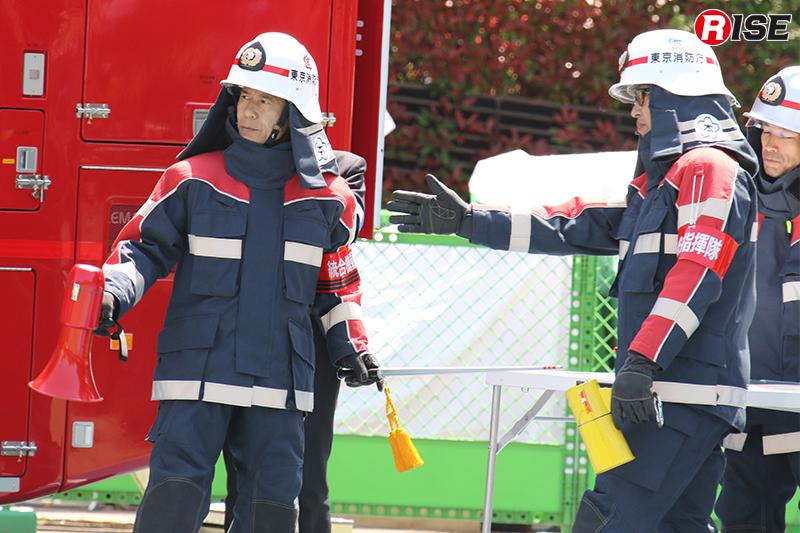 東京消防庁警防担当理事(写真左)が統合機動部隊長として指揮を執る。