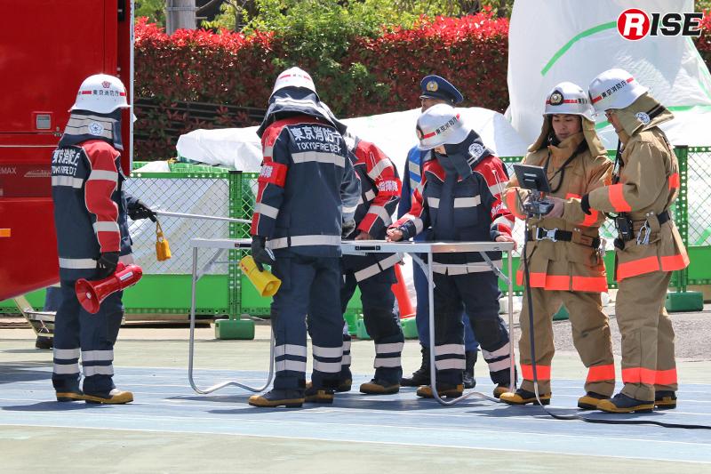 統合指揮隊が現場指揮本部を立ち上げ、その傍らでは消防技術安全所のスタッフがドローンの操作をおこなう。
