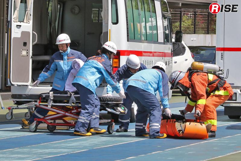 負傷者は進入統制区域外で待機する救急機動部隊に引き継がれる。