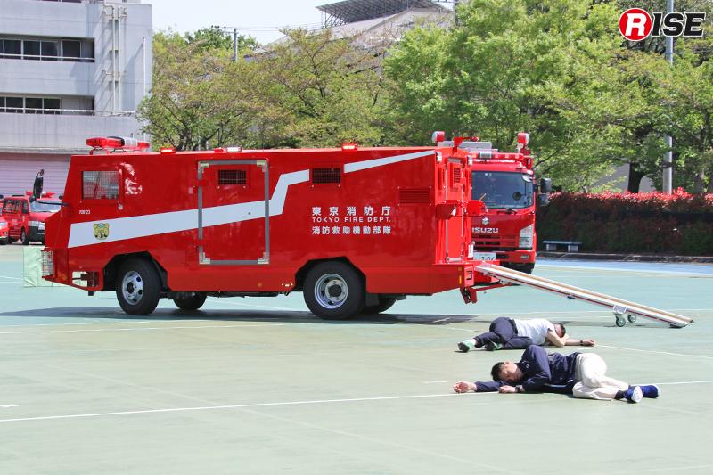 爆発物直近に位置する負傷者救出のため、3HRの救出救助車が現場に進入。