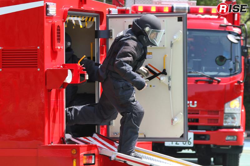 救出救助車より防爆衣を着装した隊員が駆け降りる。