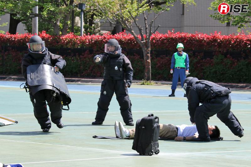 爆発物の周辺で横たわる負傷者に駆け寄る隊員ら。