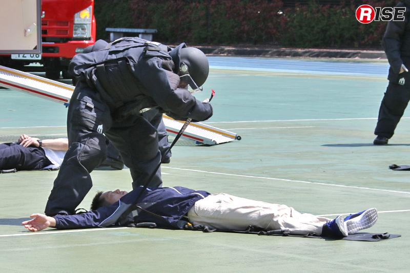 新たに導入された小型軽量の救出用担架に負傷者を収容し縛着する。