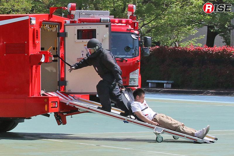 救出救助車の後部折畳式スロープにより迅速に車内収用を実施する。