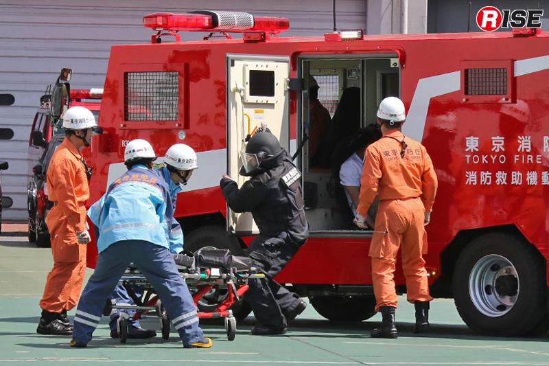 負傷者が進入統制区域外で待機する救急機動部隊に引き継がれる。