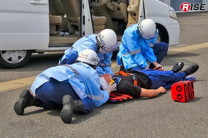 新任職員による救急対応の訓練展示披露。
