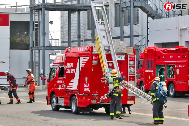 活動準備を行う消火部隊。