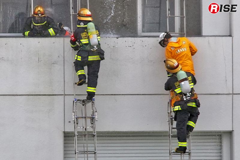 出火建物に対し三連はしごを設定し、進入と要救助者救出を実施。