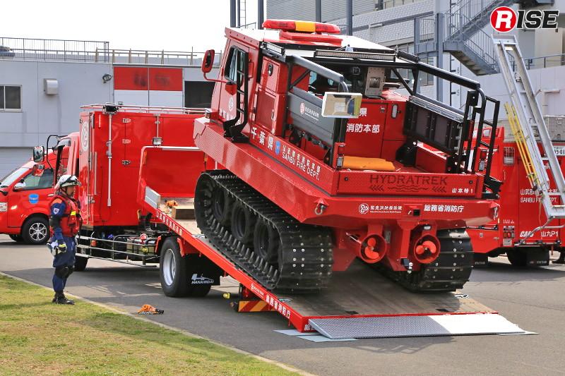 搬送車より中型水陸両用車がおろされる。