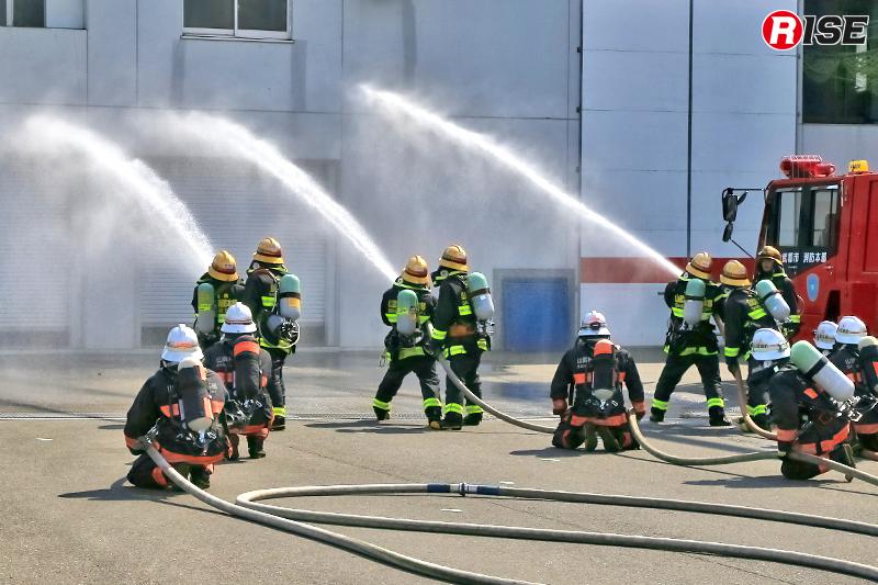 陸上部隊による一斉放水。