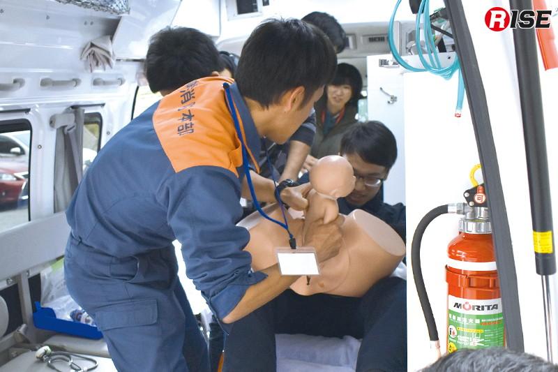 狭い救急車内での出産に対応するためのノウハウを学ぶ。