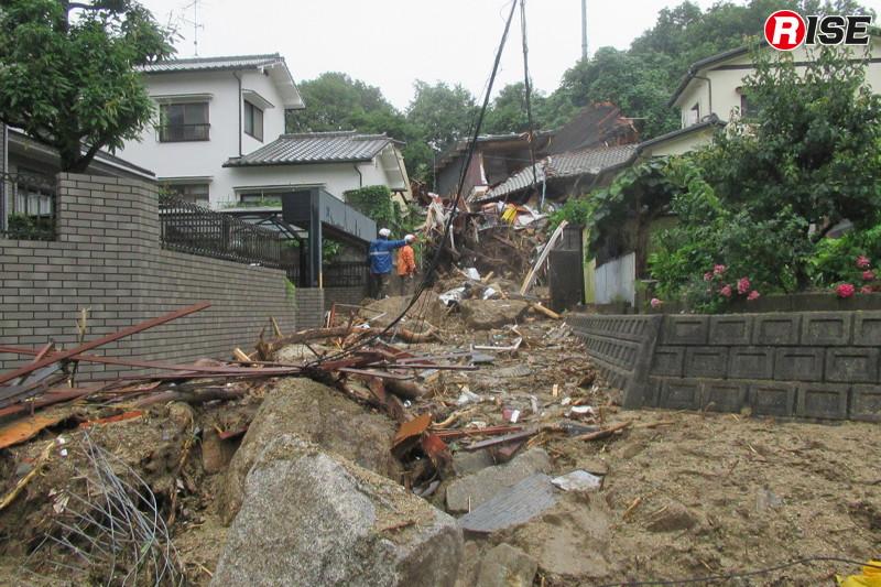 1年前:住宅街の生活道路。土石流に運ばれてきた巨大なコアストーンが至る所に転がる。