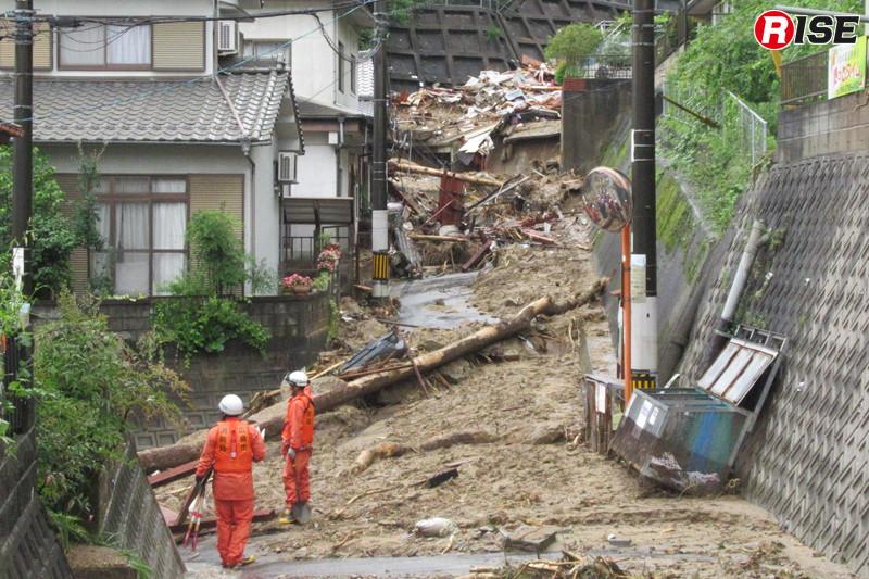 1年前:梅河団地の状況。治山ダムを突破した土石流が道路を駆け抜けた。
