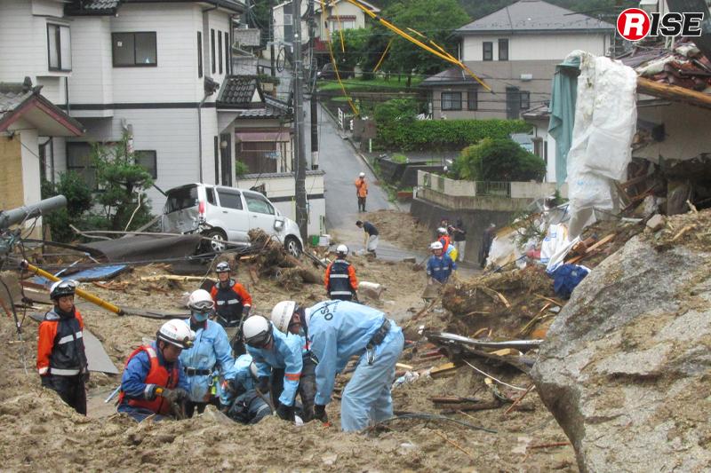 1年前:道路上に堆積した土砂を掘り、捜索活動を展開する緊急消防援助隊の大阪府大隊。