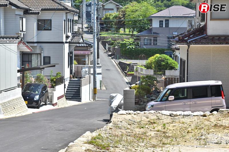 1年後:元の静けさを取り戻す住宅街。広島県内では1年経った今も5名の行方が分かっていない。